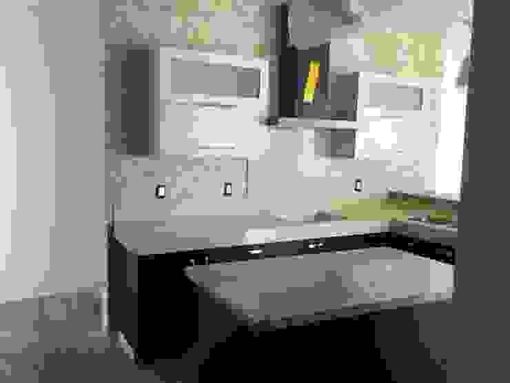 Cocina minimalista color chocolate K+A COCINAS Y ACABADOS DE MONTERREY SA DE CV Cocinas equipadas Madera Acabado en madera