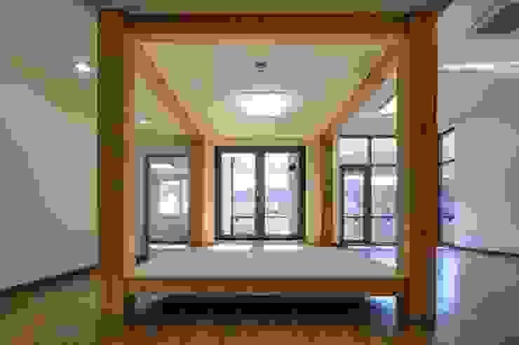 공간 속 공간 아시아스타일 서재 / 사무실 by 담음건축디자인주식회사 한옥 합판