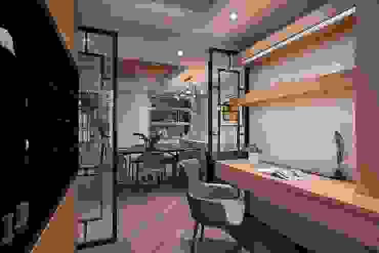 Modern study/office by 層層室內裝修設計有限公司 Modern