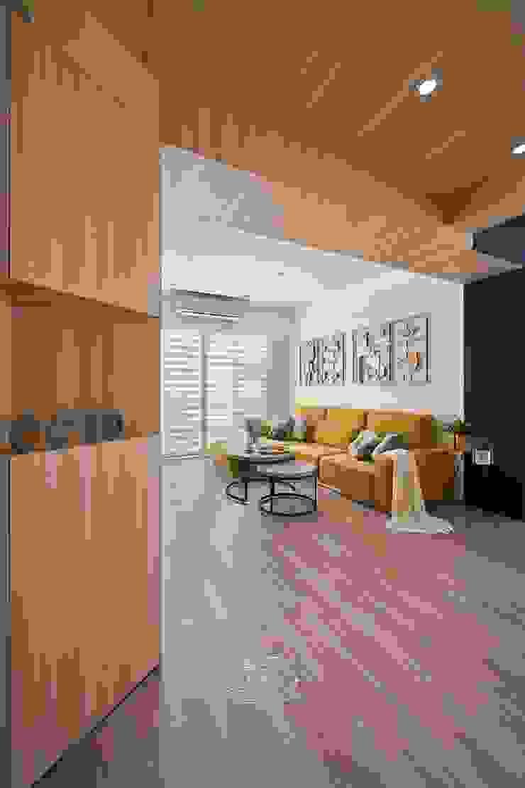 將卡通人物融合家的一份子 斯堪的納維亞風格的走廊,走廊和樓梯 根據 層層室內裝修設計有限公司 北歐風