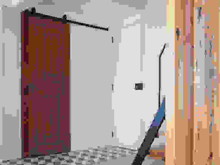 Apartamento . Lisboa . Reabilitação . Remodelação . Graça Corredores, halls e escadas industriais por aponto Industrial