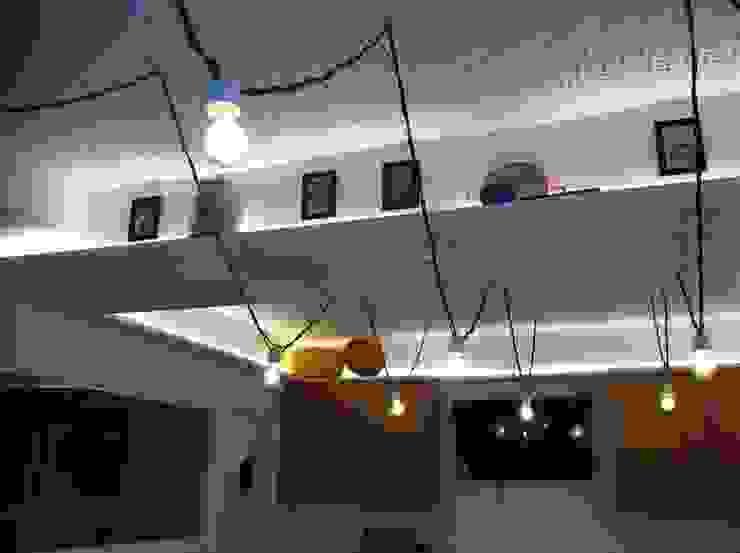 Restaurante . Carcavelos . Pizzaria Trecento Sessanta Adegas modernas por aponto Moderno Madeira maciça Multicolor