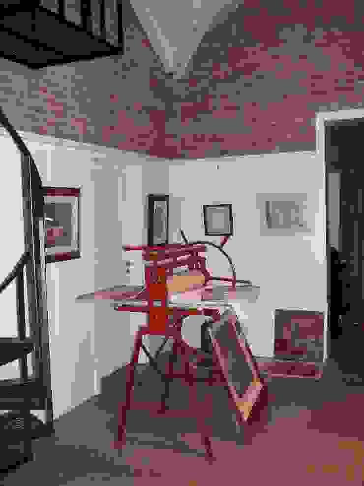 Taller de arte Estudios y oficinas industriales de Estudio Dillon Terzaghi Arquitectura - Pilar Industrial Madera Acabado en madera