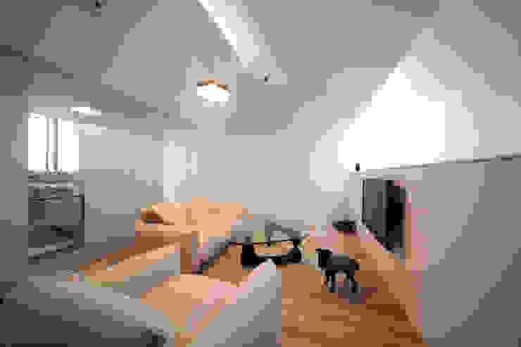 犬と暮らす様子: 石川淳建築設計事務所が手掛けたリビングです。
