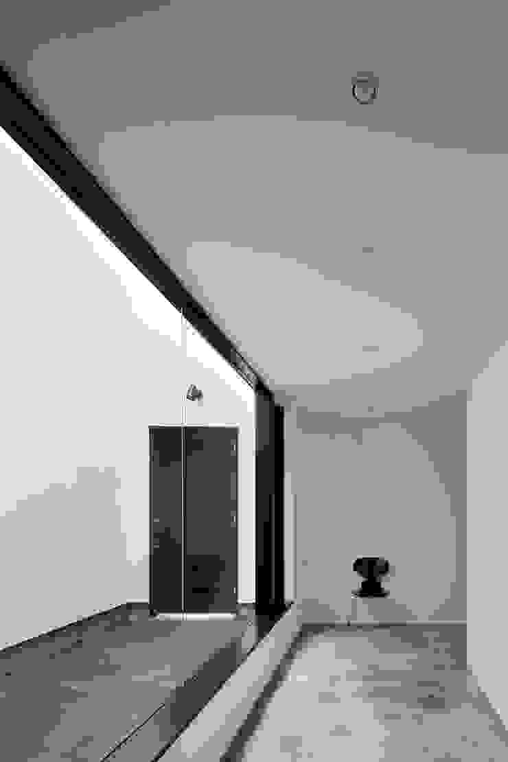 Pasillos, vestíbulos y escaleras de estilo minimalista de 石川淳建築設計事務所 Minimalista Hormigón