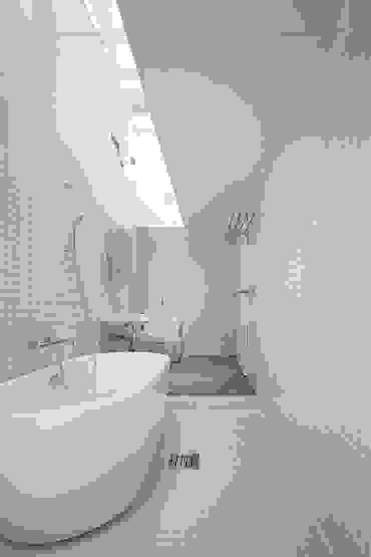 Baños de estilo minimalista de 石川淳建築設計事務所 Minimalista