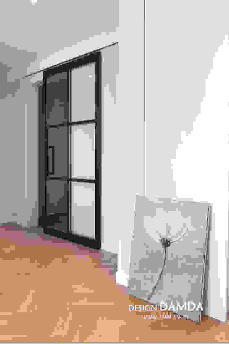 Modern corridor, hallway & stairs by 디자인담다 Modern
