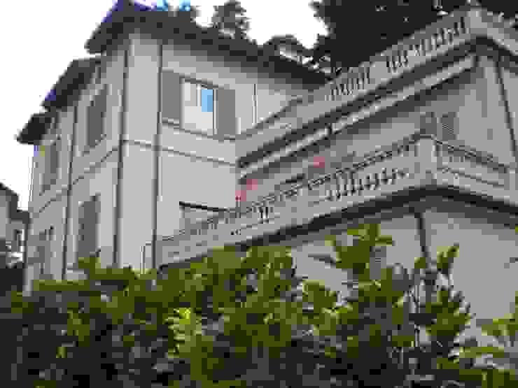 Esterno - Villa sul Lago di Como Formarredo Due design 1967 Balcone, Veranda & Terrazza in stile mediterraneo Rosa