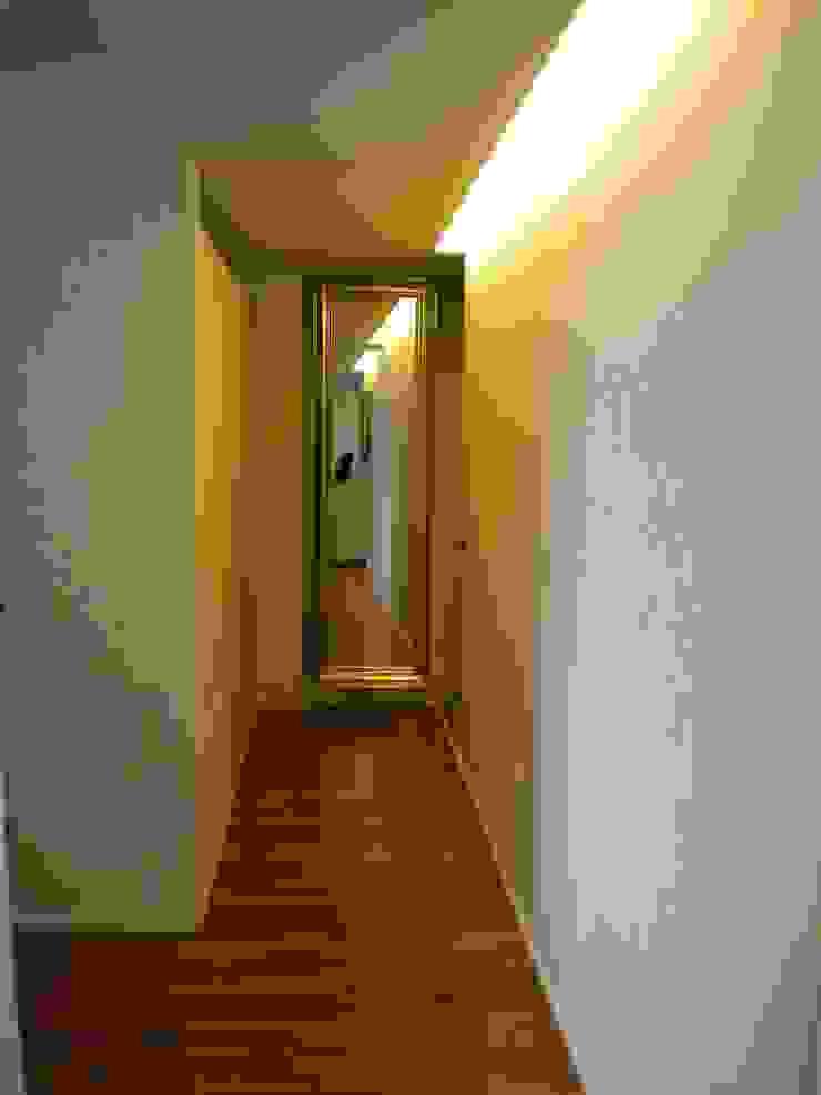ห้องโถงทางเดินและบันไดสมัยใหม่ โดย Formarredo Due design 1967 โมเดิร์น