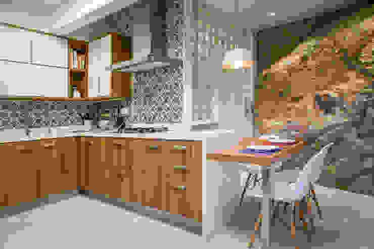 CASA NO JARDIM BOTÂNICO: Cozinhas  por Raquel Junqueira Arquitetura