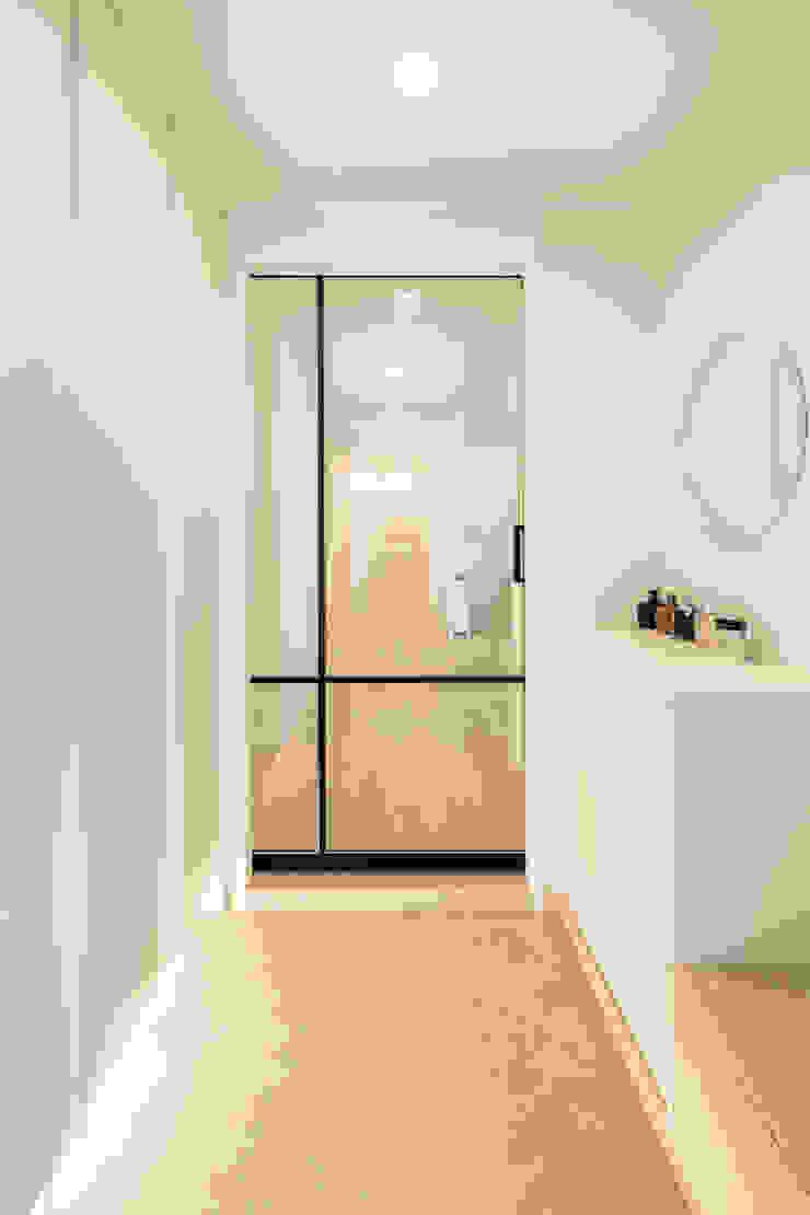 現代風玄關、走廊與階梯 根據 봄디자인 現代風