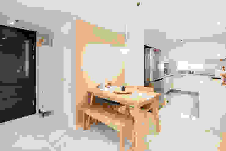 Modern dining room by 봄디자인 Modern