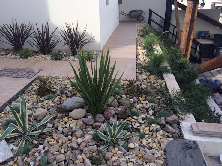 Detalle acceso Jardines de estilo moderno de homify Moderno