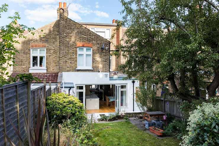 Outside View of the Kitchen Extension の Resi Architects in London クラシック