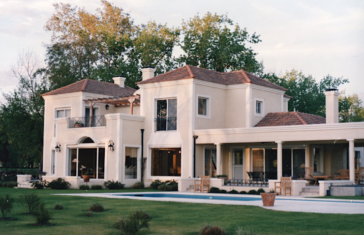 Casa Clásica en Martindale C.C. de Estudio Dillon Terzaghi Arquitectura - Pilar Clásico Ladrillos