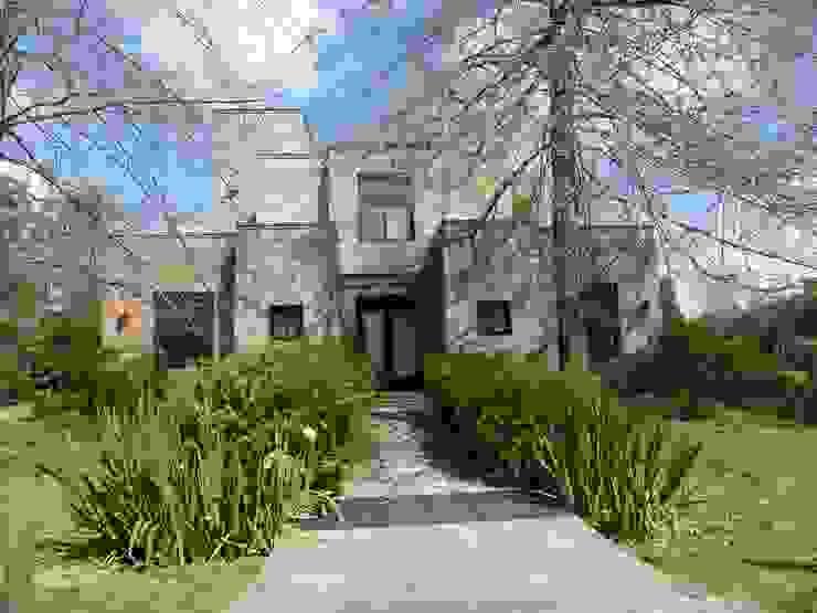Casa moderna de ladrillo rasado en Mayling C.C. Casas modernas: Ideas, imágenes y decoración de Estudio Dillon Terzaghi Arquitectura - Pilar Moderno Ladrillos