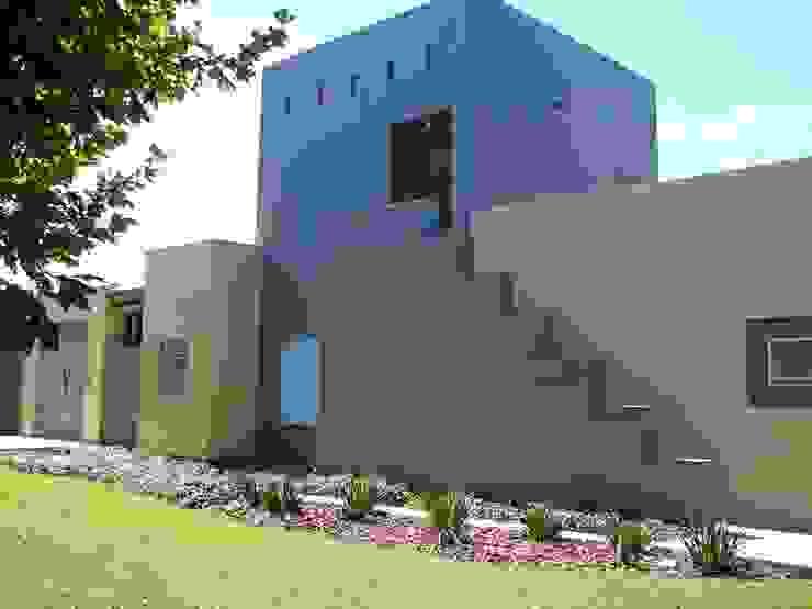 Casa mejicana moderna en Centauros C.C. Casas modernas: Ideas, imágenes y decoración de Estudio Dillon Terzaghi Arquitectura - Pilar Moderno