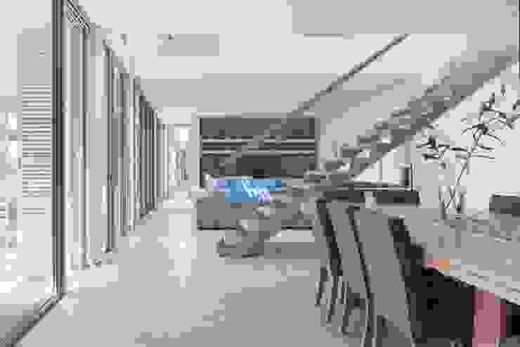Dining Room, Lounge & Stair Modern living room by Van der Merwe Miszewski Architects Modern Iron/Steel