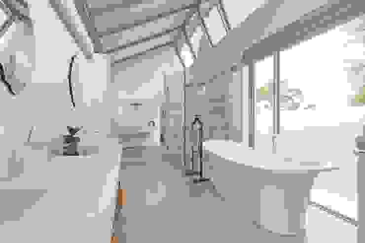 Free Standing Bath & Natural Light Modern bathroom by Van der Merwe Miszewski Architects Modern Quartz
