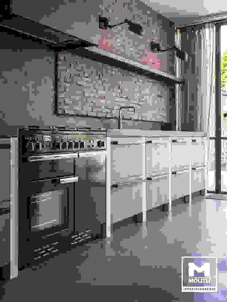 Keuken met betonstuc en steense wand Industriële keukens van Molitli Interieurmakers Industrieel