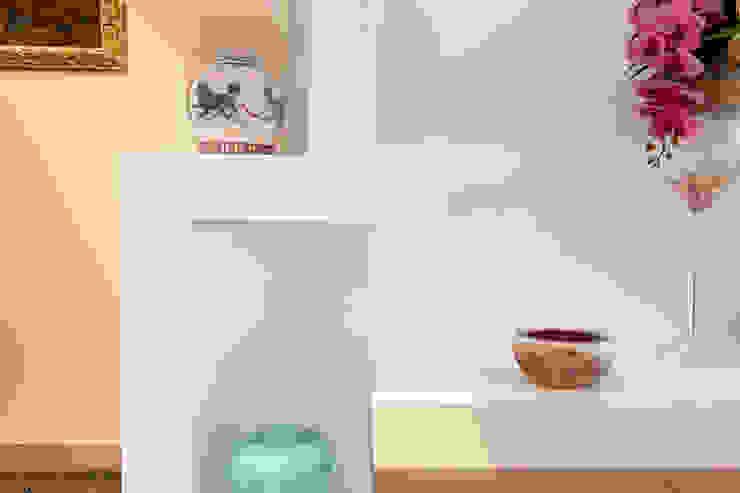 Luca Bucciantini Architettura d' interni Коридор, коридор і сходиВисувні ящики та полиці Білий