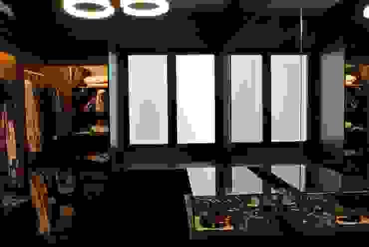Walk in closet by FINE ART LIVING PTE LTD
