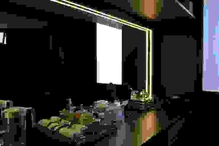 Vanity area by FINE ART LIVING PTE LTD