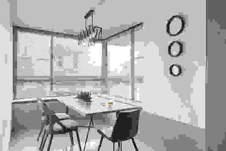 Sala da pranzo in stile  di 寬宸室內設計有限公司, Minimalista
