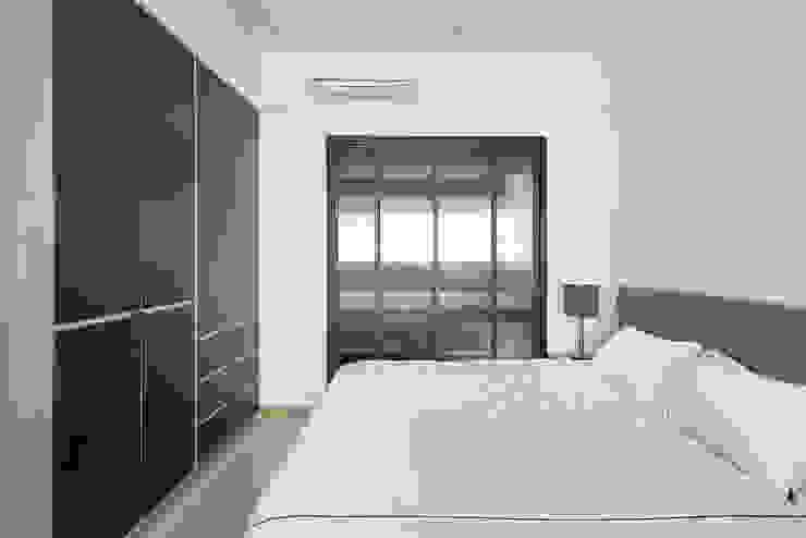 Camera da letto in stile  di 寬宸室內設計有限公司, Minimalista