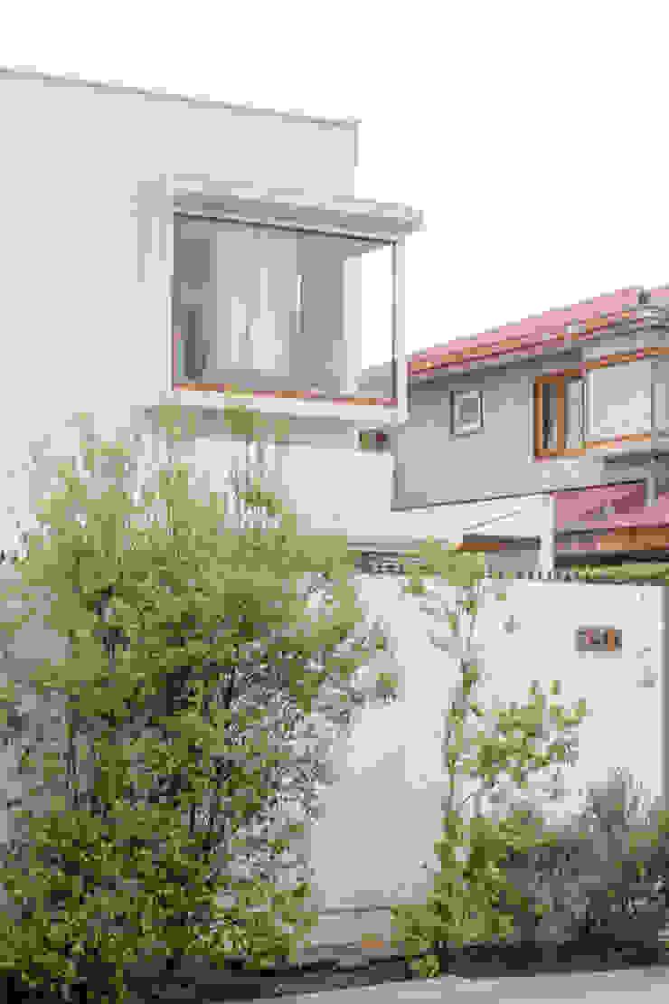 Fachada Acceso Sur - Vista desde calle de 2º piso de Arqbau Ltda. Mediterráneo Concreto