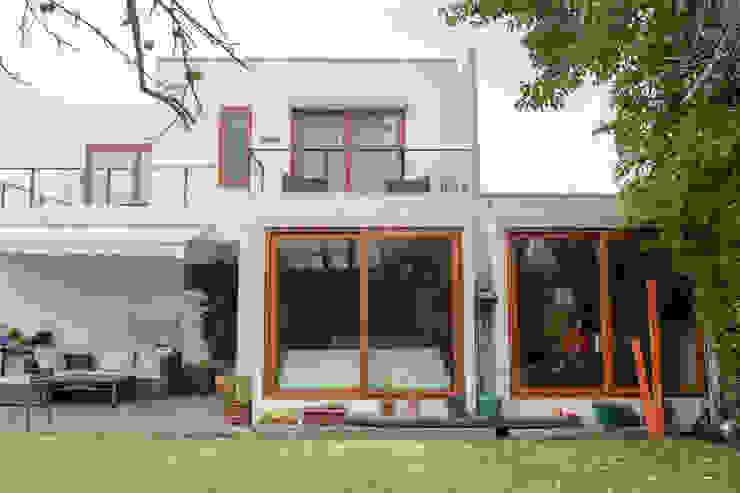 Fachada Norte y patio trasero de Arqbau Ltda. Mediterráneo Concreto