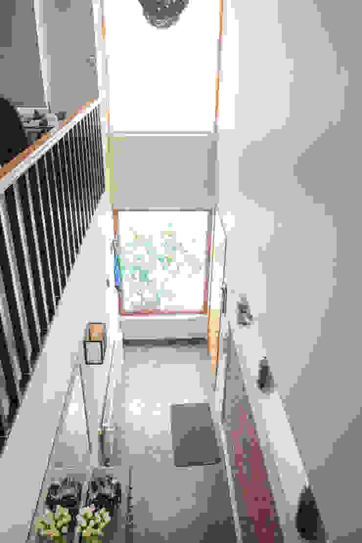 Vista interior, doble altura que comunica visualmente el 1º con el 2º piso Pasillos, vestíbulos y escaleras de estilo mediterráneo de Arqbau Ltda. Mediterráneo Hormigón