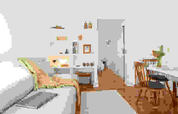 Arroios Studio - Living Room Lola Cwikowski Studio Salas de estar minimalistas Madeira maciça Branco