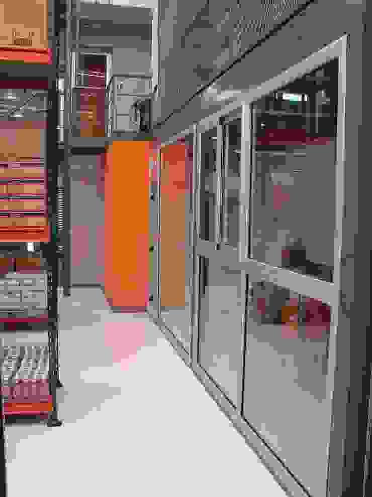 Droguería Monstserratnorte - Interior de la nave 2 Edificios de oficinas de estilo moderno de Módulo 3 arquitectura Moderno
