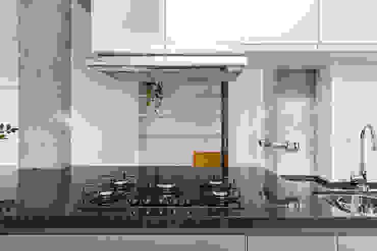 Cozinha e entrada: Corredores e halls de entrada  por INÁ Arquitetura