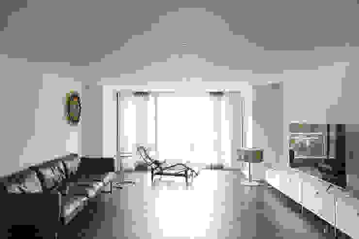 Calm & contemporary 모던스타일 거실 by B house 비하우스 모던 우드 우드 그레인