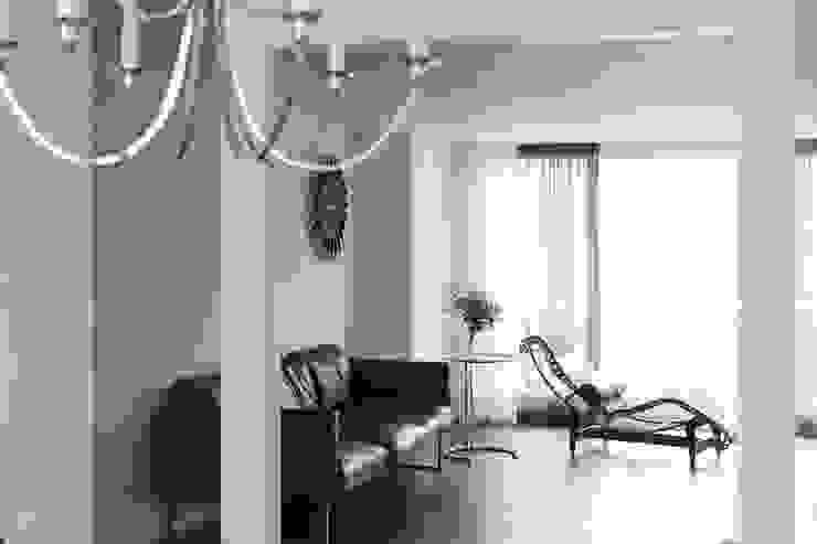 refined design with silver 모던스타일 거실 by B house 비하우스 모던