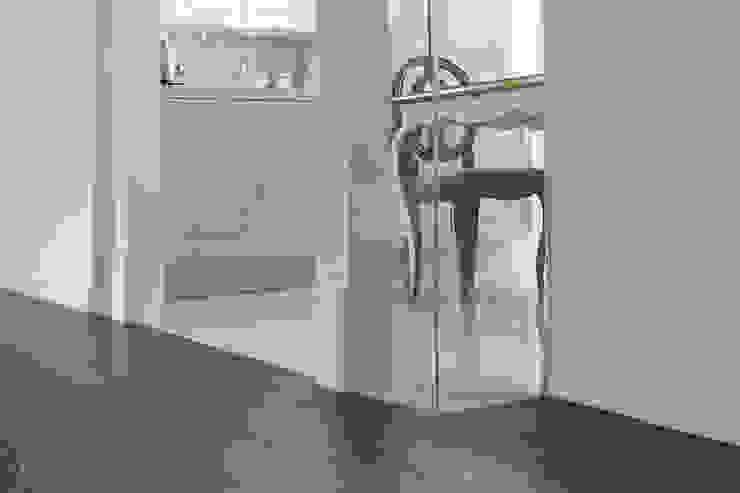 Marble tile meets wood flooring 클래식스타일 다이닝 룸 by B house 비하우스 클래식