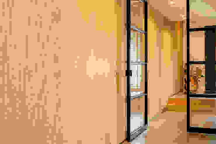 Jolanda Knook interieurvormgeving Eclectic corridor, hallway & stairs Wood