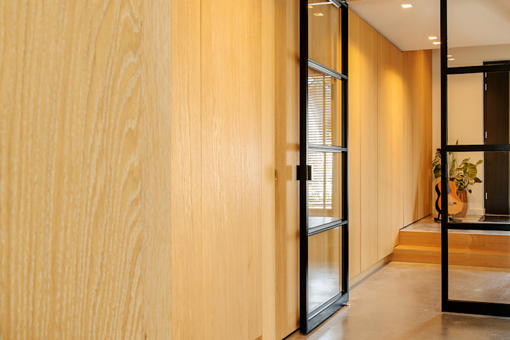 Jolanda Knook interieurvormgeving Eclectic style corridor, hallway & stairs Wood
