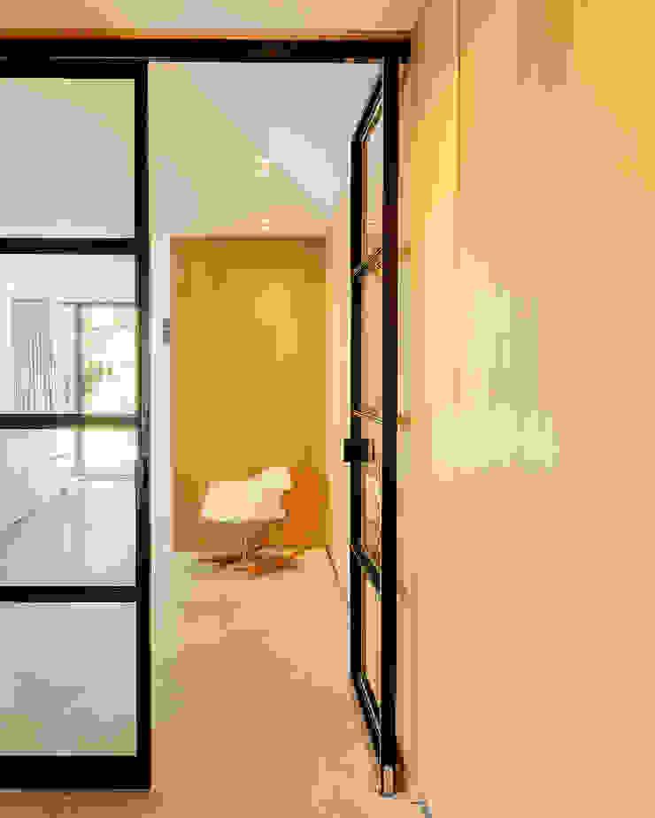 Eclectic style corridor, hallway & stairs by Jolanda Knook interieurvormgeving Eclectic Wood Wood effect