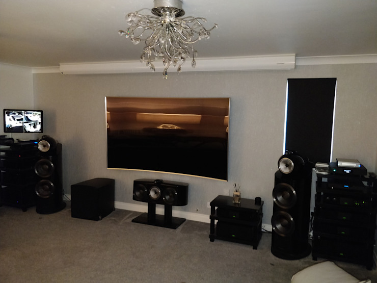 Home Cinema with High-End HiFi - Screen Up Salas multimedia de estilo moderno de HiFi Cinema Ltd. Moderno
