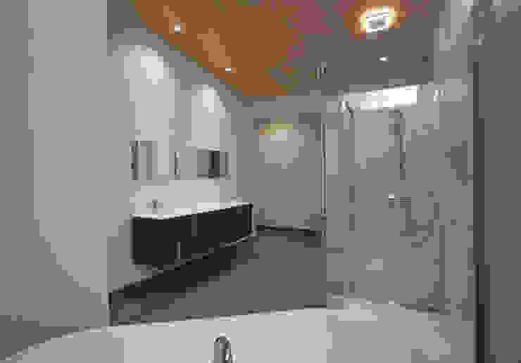RT Studio, LLC Modern style bathrooms