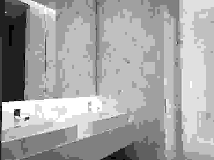 5 Casas en Miami Baños de estilo minimalista de RRA Arquitectura Minimalista Cerámico