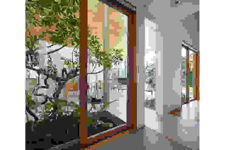 坪庭越しのLDK の 藤原・室 建築設計事務所 モダン