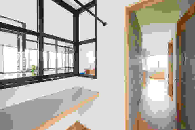 階段から集う家: ELD INTERIOR PRODUCTSが手掛けたサンルームです。