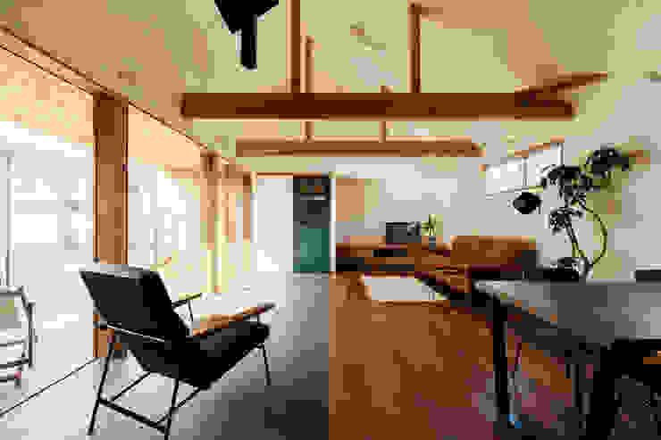 内と外を渡る家 ELD INTERIOR PRODUCTS オリジナルデザインの リビング
