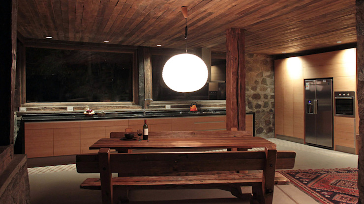 Dining room by Crescente Böhme Arquitectos, Rustic Wood Wood effect