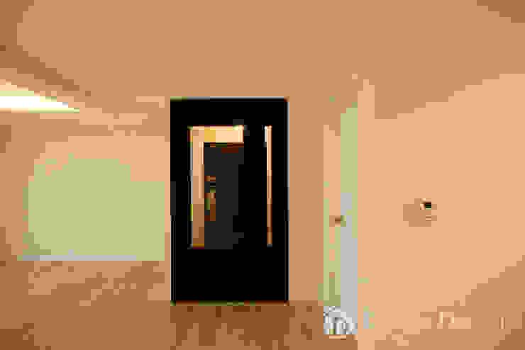 Nowoczesny korytarz, przedpokój i schody od Design Daroom 디자인다룸 Nowoczesny