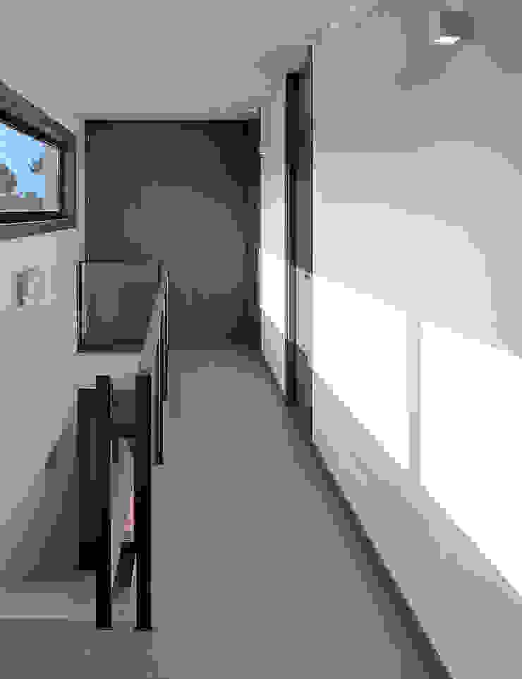 Vivienda en Pravio Pasillos, vestíbulos y escaleras de estilo moderno de AD+ arquitectura Moderno Cerámico